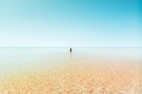el-sonido-del-agua-en-las-orillas-de-tus-rodillas